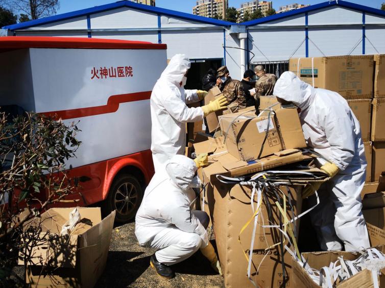 负责火神山医院院区垃圾清运及消毒工作的金科志愿者