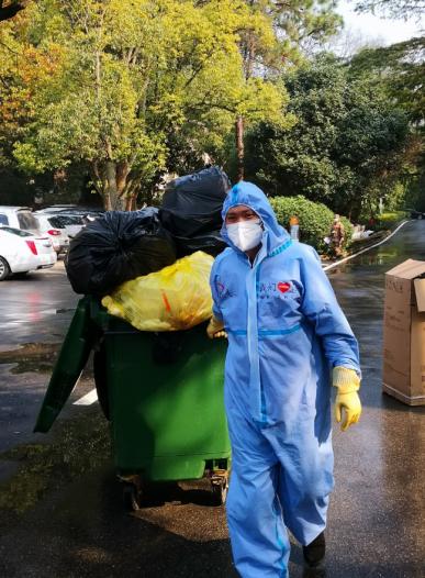 金科志愿者正在院区垃圾清运