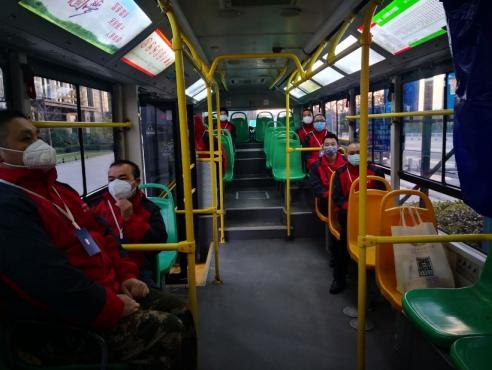 早上7点出发的志愿者通勤车