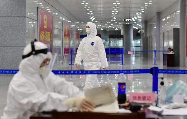 机场内工作人员全副武装